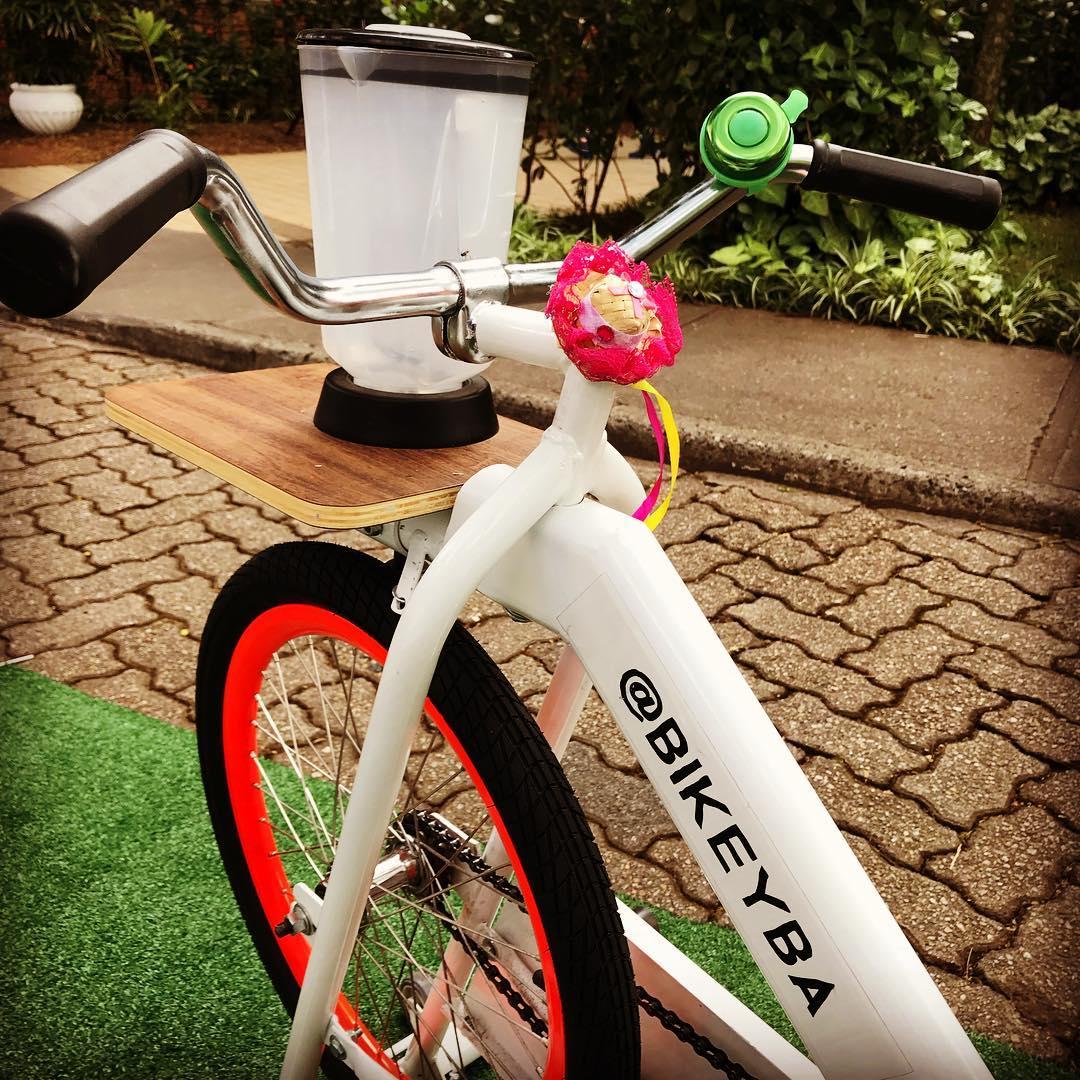 Bicicleta-liquidificadora produz suco natural a cada pedalada